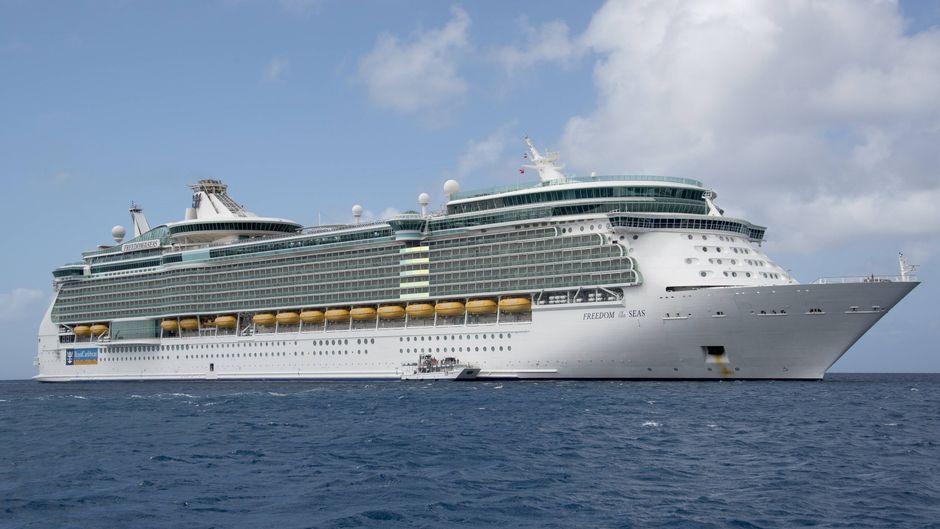 """Das Kreuzfahrtschiff """"Freedom of the Seas"""" von Royal Caribbean Cruises vor den Cayman-Inseln."""