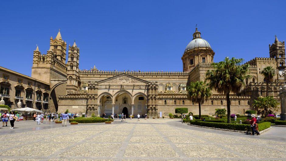 Die Kathedrale Maria Santissima Assunta in Palermo wurde bereits im 12. Jahrhundert gebaut.