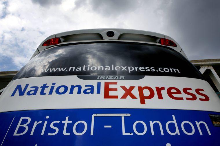 Mit National Express gibt es eine stündliche und direkte Busverbindung vom Flughafen London-Heathrow.