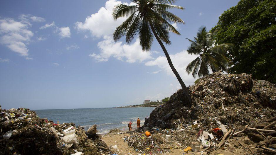 Mehr als 500 Helfer versuchen, der gigantischen Berge aus Plastikmüll an der Küste von Santo Domingo Herr zu werden.