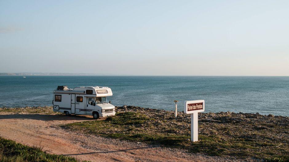 Ein Camper steht am Meer in Peniche, einer am Atlantik gelegenen Stadt in Portugal.