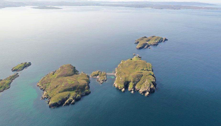 Idyllisch, oder? Die schottische Insel Càrn Deas (links) sucht einen neuen Besitzer oder eine neue Besitzerin.