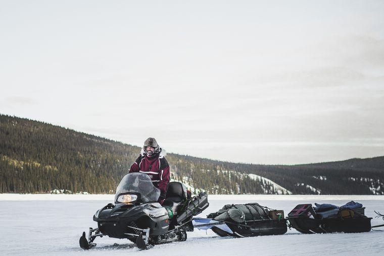 Mit dem Schneemobil fuhren die Männer einfach los in die Wildnis.
