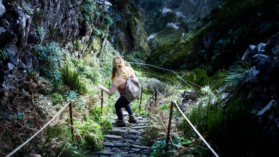Eine Wanderin auf Madeira, Portugal.