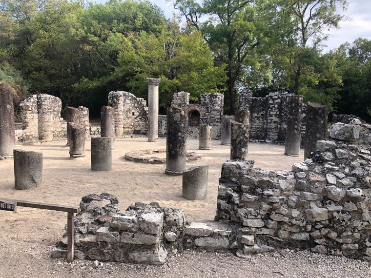 Die Ausgrabungsstätte Butrint liegt noch ein wenig weiter südlich als Gjirokastra. In diese Stadt schickte einst Cäsar seine ausgebrannten Legionäre in die Badehäuser.