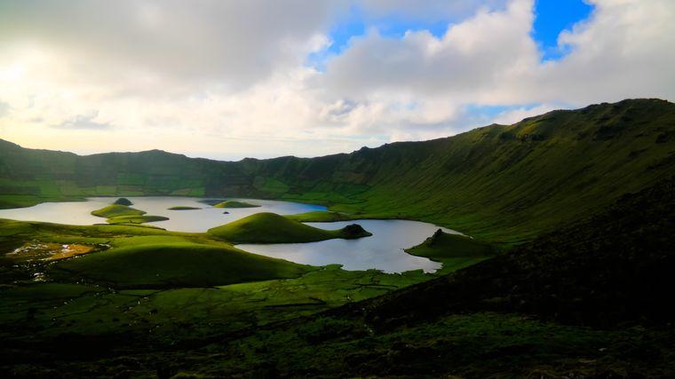 Blick auf den Krater Caldeirão auf der Azoren-Insel Corvo.