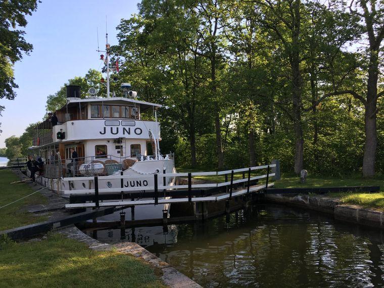 """In Töreboda passiert die """"MS Juno"""" die Schleuse an einer besonders engen Stelle des Göta-Kanals."""