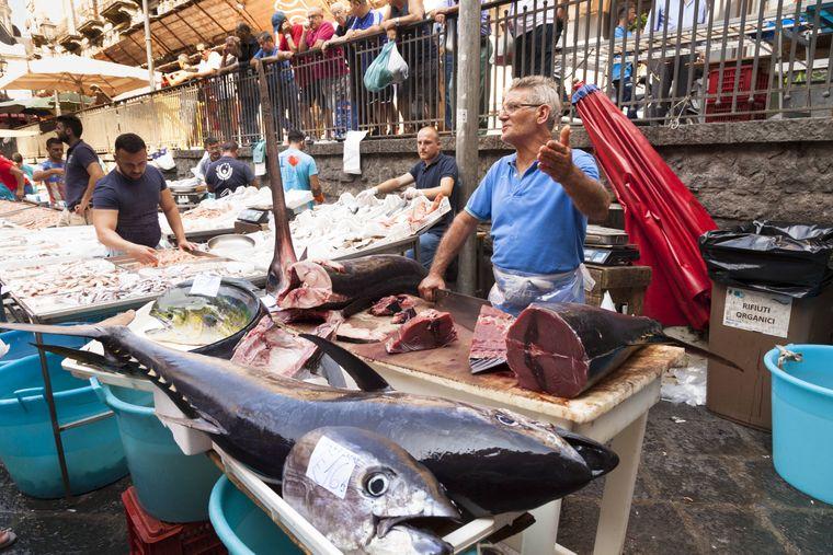 Die Pescheria, der Fischmarkt nahe der Piazza Duomo, findet täglich statt: Hier verkaufen die Fischer vom Zitteraal bis zum Schwertfisch alles, was das Meer hergibt.