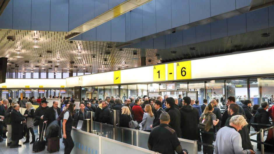 Hunderttausende Passagiere sind von den Streiks an acht Flughäfen betroffen.