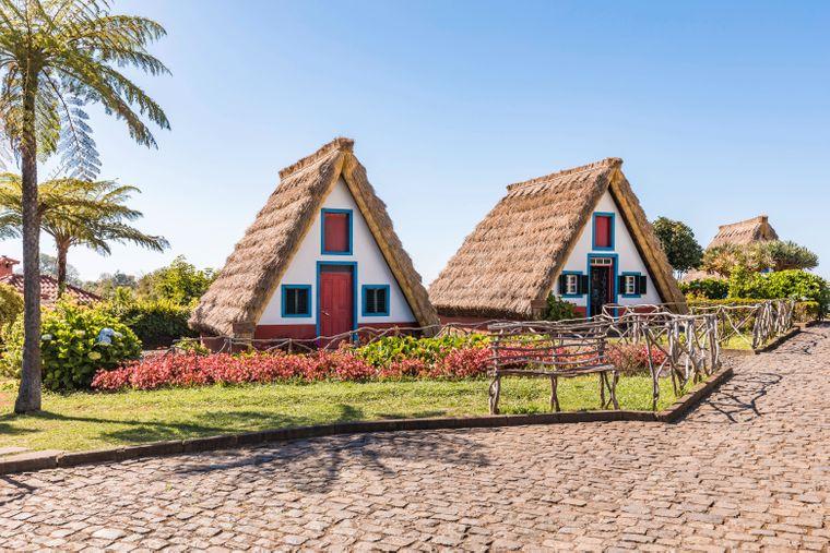 Auf der beliebten Urlaubsinsel Madeira findest du auch viele traditionelle Häuser.