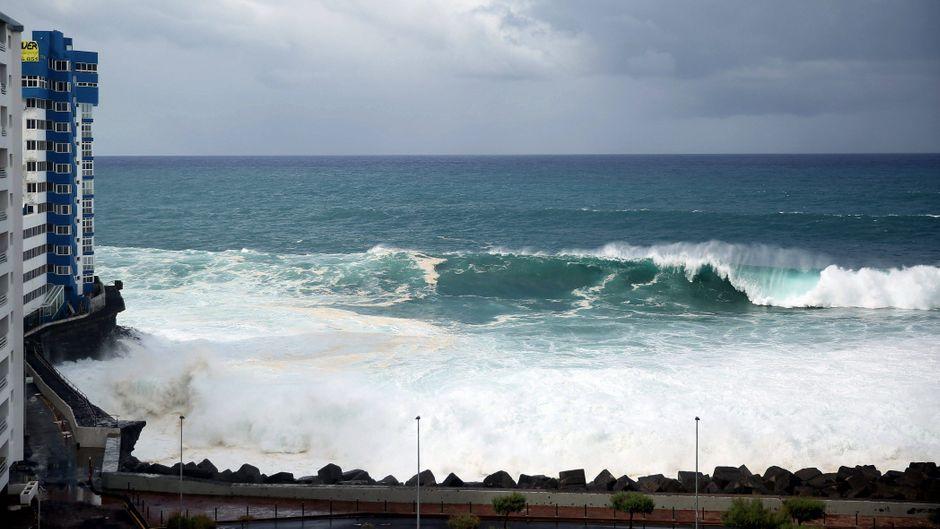 Auf Teneriffa rissen meterhohe Wellen mehrere Balkone des vorderen Gebäudes mit sich.
