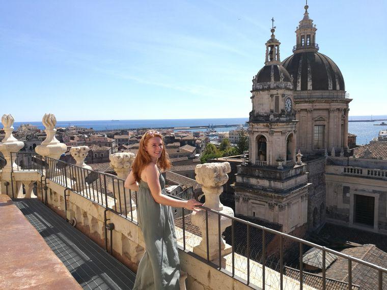 reisereporterin Maike liebt den Ausblick von der Chiesa della Badia di Sant'Agata über die sizilianische Hafenstadt Catania.