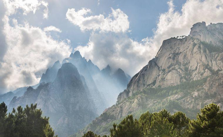 Felsklippen im Bavella-Massiv auf Korsika in Wolken gehüllt.