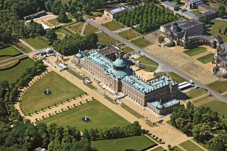 Schloss Sanssouci und Schlossgarten in Potsdam von oben.