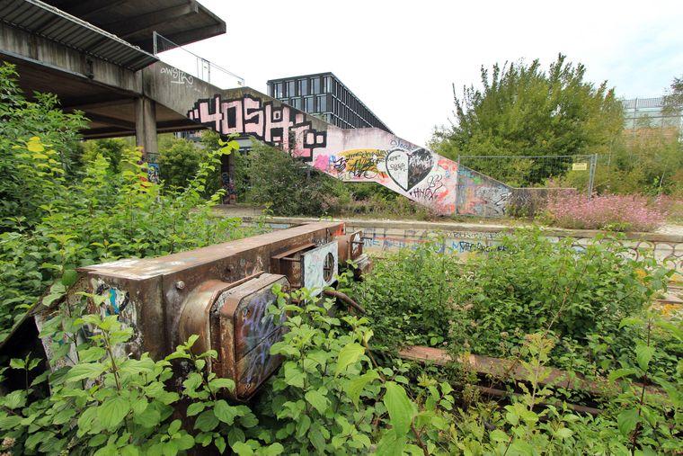 Die Ruine des früheren S-Bahnhofs Olympiastadion am Riesenfeld in München.