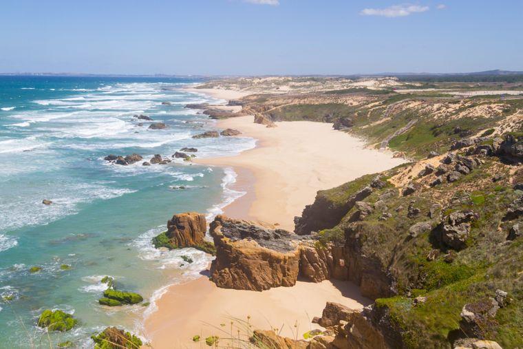 Blick aus der Luft auf die Praia do Malhão in Portugal.