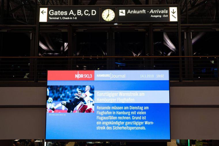 Anzeigetafeln kündigten bereits am Montag zahlreiche Flugausfälle an.