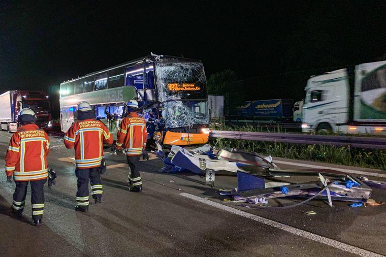 Demolierter Flixbus nach einem Unfall auf der Autobahn 5 in der Nacht auf Mittwoch.
