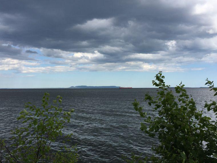 """Der """"Sleeping Giant"""", eine Gebirgskette im Lake Superior, die an einen schlafenden Riesen erinnert."""
