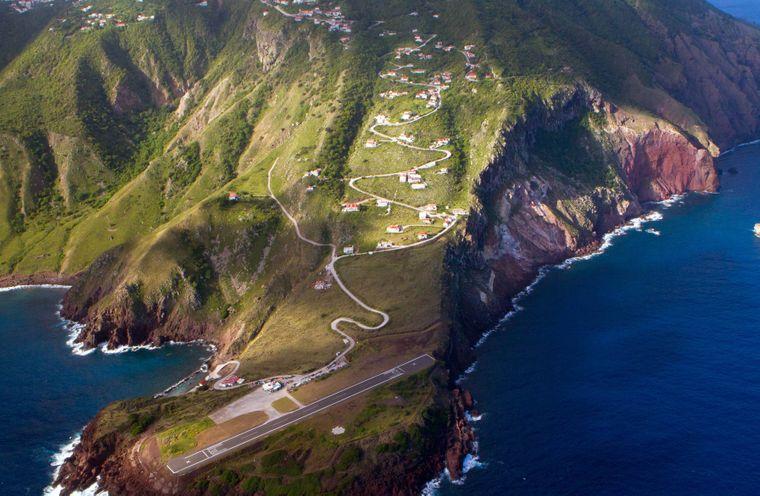 Luftaufnahme der Landebahn auf der Insel Saba.