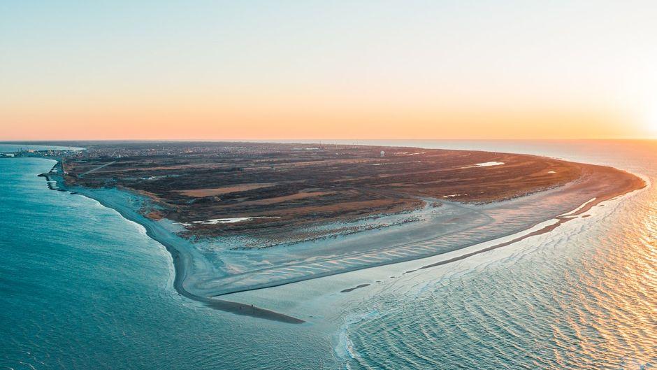 Grenen, die sandige Landspitze nordöstlich von Skagen, ist nicht nur der nördlichste Punkt Dänemarks. Hier fließen auch Nord- und Ostsee zusammen.