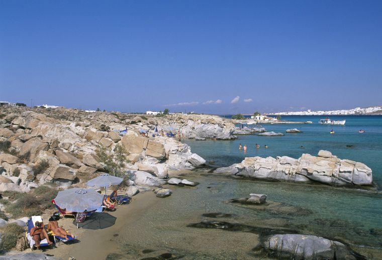 Der Kolymbithres-Strand von Paros beeindruckt mit kristallklarem Wasser.
