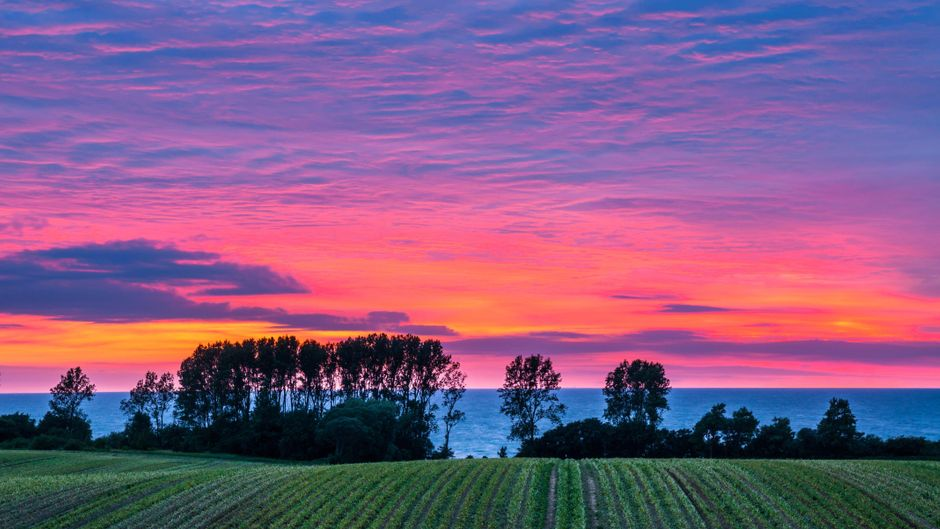 Mit etwas Glück erwischst du bei deiner Fahrradtour entlang der mecklenburgischen Ostseeküste diesen tollen Sonnenuntergang.