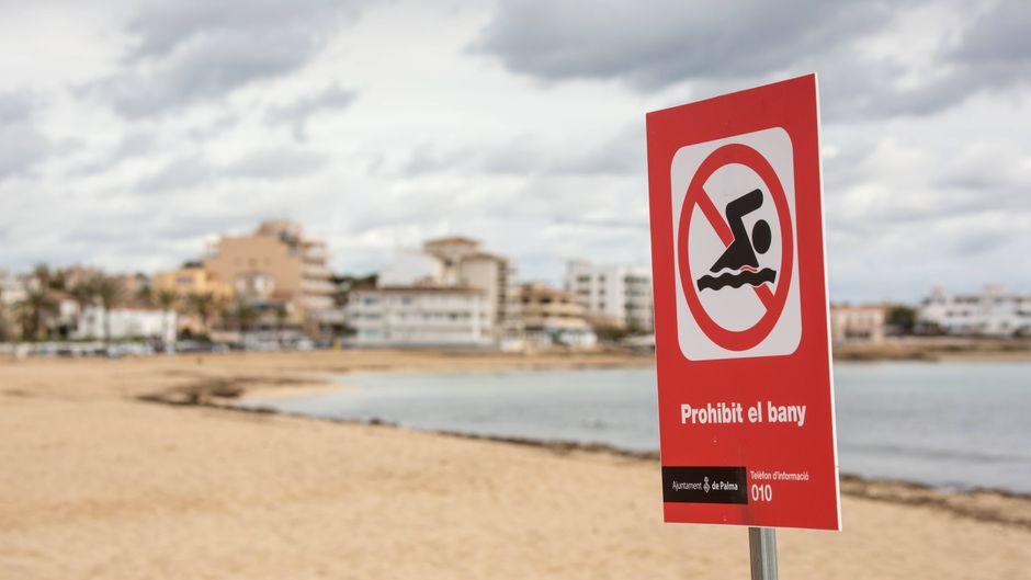Immer wieder wird an Stränden auf Mallorca Badeverbot verhängt – weil Fäkalien ins Meer gelangen.