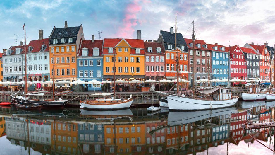Blick auf Nyhavn in Kopenhagen bei Sonnenaufgang.