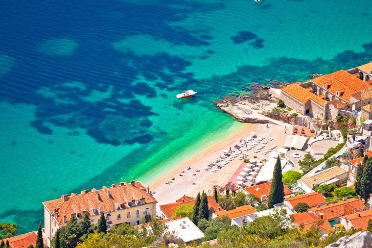 Der Strand in der Banje-Bucht in Dubrovnik.
