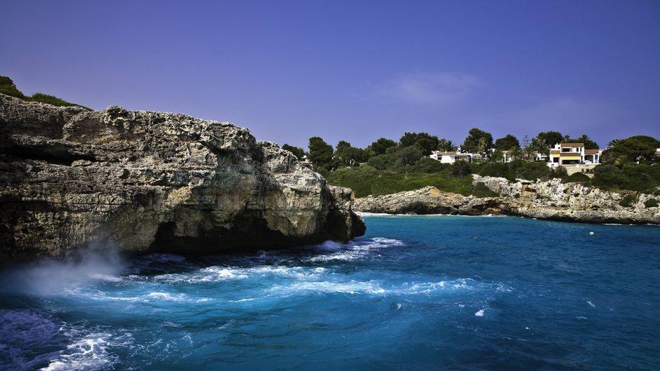 Felsen in der Bucht Cala Anguila auf Mallorca, Spanien.