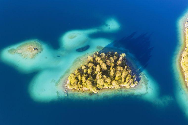 Die Sasseninsel im Eibsee erinnert an kroatische Inseln.