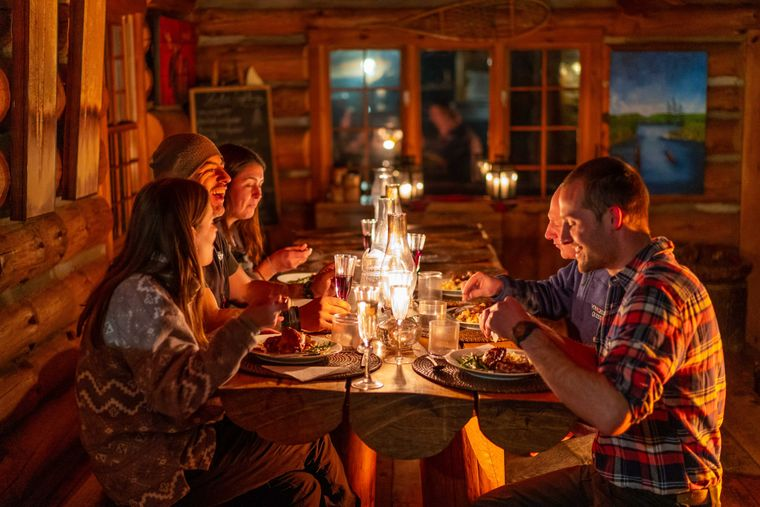 Nach einem Tag im Schnee ist das gemeinsame Abendessen in der Blockhütte ein weiterer Höhepunkt.