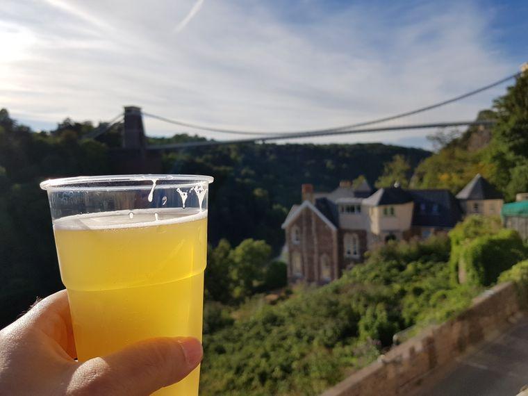 Auf der Terrasse des Avon Gorge Hotels angekommen, stellst du dich mit deinem Bier direkt an die Brüstung und genießt den Blick auf die Suspension Bridge.