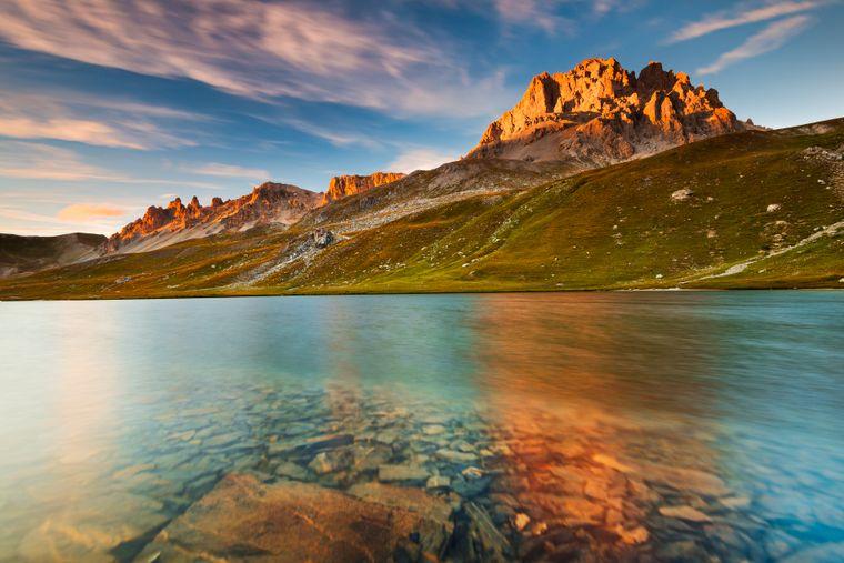 Der See von Oronaye und der Monte Oronaye bei Sonnenuntergang.