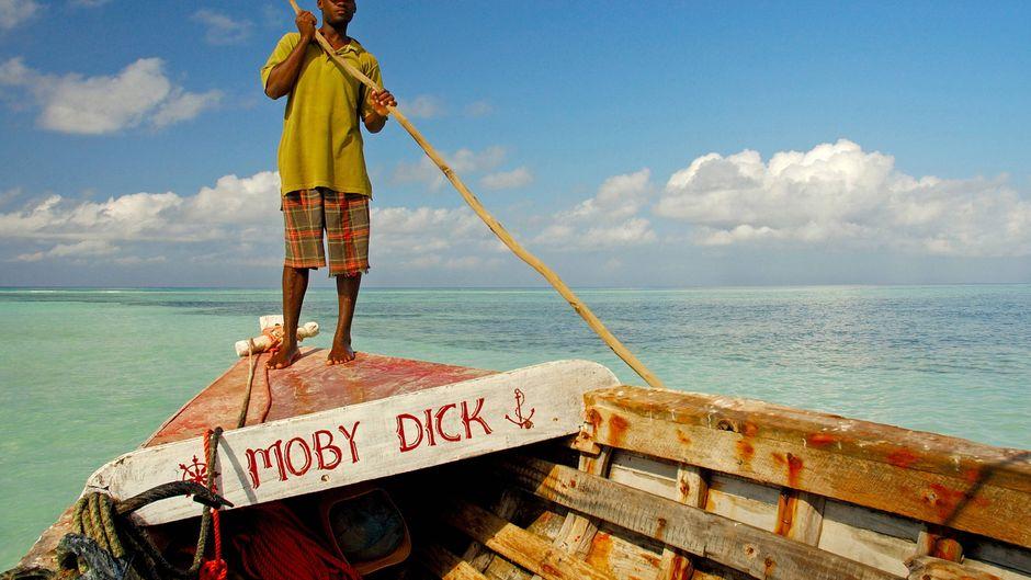 Moby Dick gibt es auch an der Küste vor Sansibar. Der Fischer hat sein Boot nach dem gleichnamigen Buch und Wal genannt.