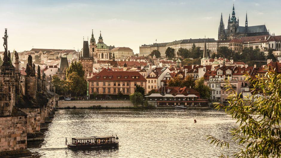Blick auf die Karlsbrücke und die Prager Burg.