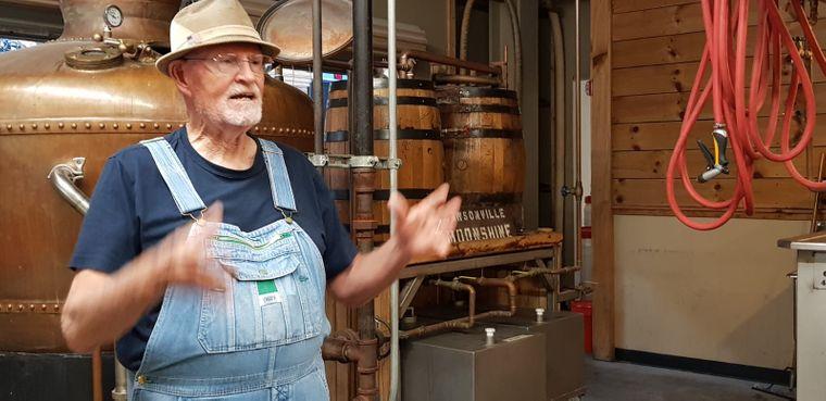 Ken Martin weiht Besucher in der Moonshine-Distillery in Dawsonville in die Geheimnisse des Schnapsbrennens ein.