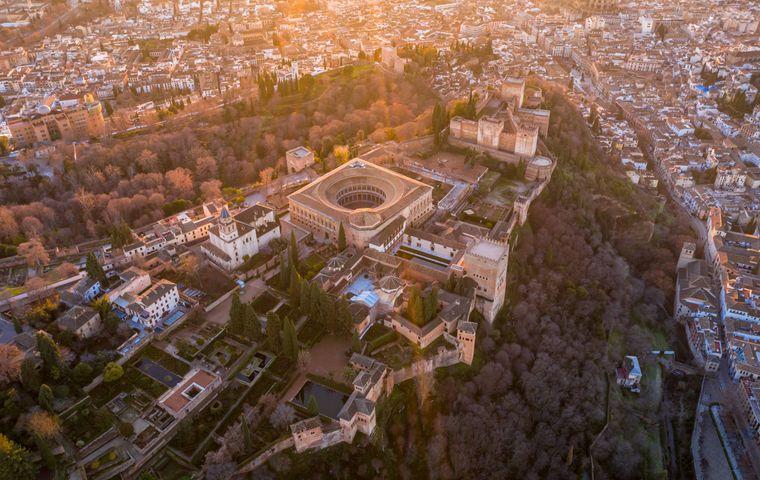 Die wunderschöne Stadt Granada von oben.