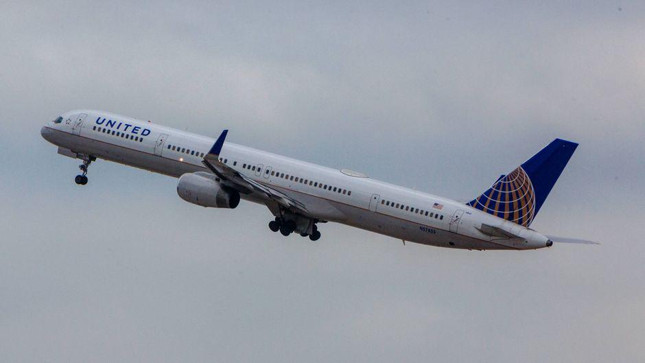 Eine Frau sprang nach der Landung eines United Airlines-Fluges aus dem Flugzeug.