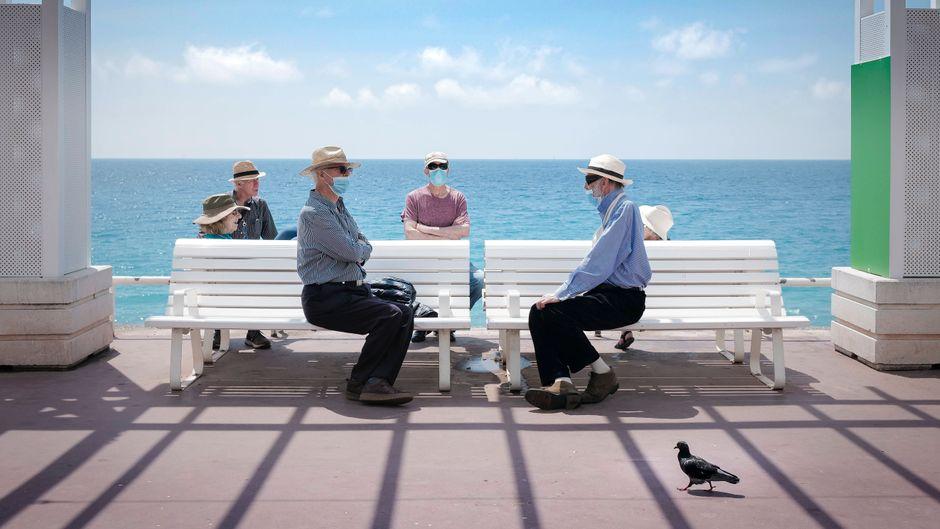 Treffen mit Abstand: In Nizza gelten immer noch strenge Regeln, um das Coronavirus weiter einzudämmen.