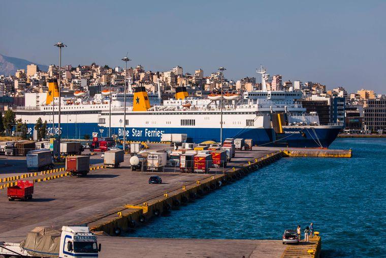 Eine Fähre legt im Haupthafen von Athen, Griechenlands Hauptstadt, an.