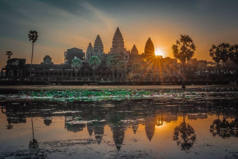 Kambodscha – das Reiseziel in Südostasien ist vor allem für seine Tempel bekannt. Beeindruckend ist aber auch die Landschaft, mit Tiefebenen, Mekong-Delta, Bergen und der Golfküste.