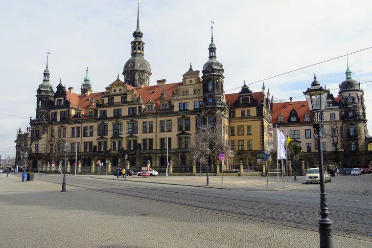 Das Dresdner Residenzschloss erstreckt sich zwischen Taschenberg, Sophienstraße, Schlossstraße und Schlossplatz. Der markante Hausmannsturm ist 100 Meter hoch.