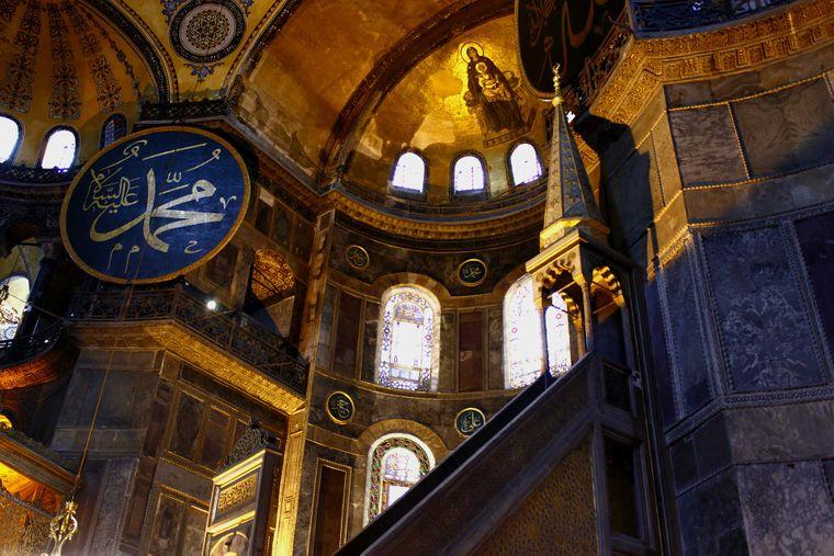 Wer sich in der Hagia Sophia in Istanbul umschaut, sollte seinen Blick auch nach oben schweifen lassen.
