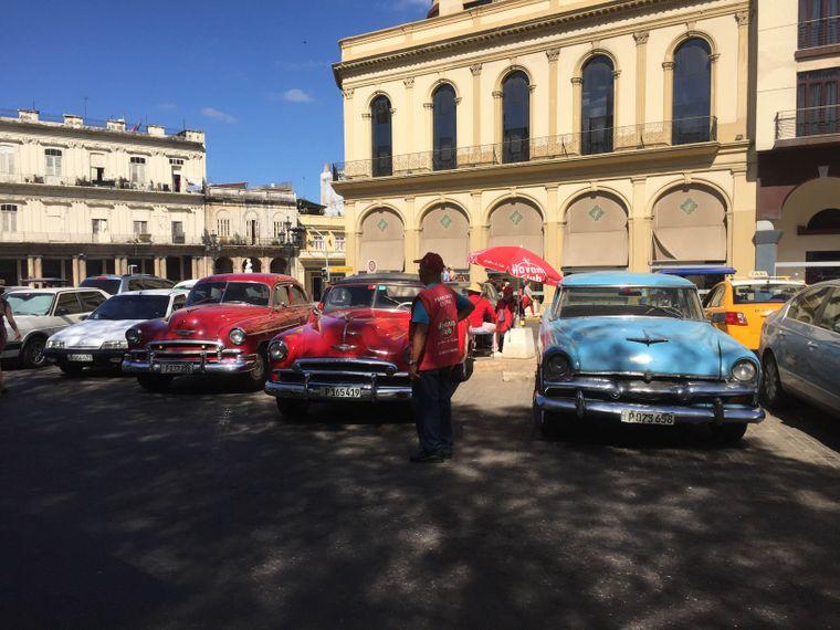 Oldtimer im Zentrum von Havanna: Die meist gut gepflegten Wagen aus den 50er Jahren gehören zum Stadtbild  und dienen heute oft als Taxis für Touristen.