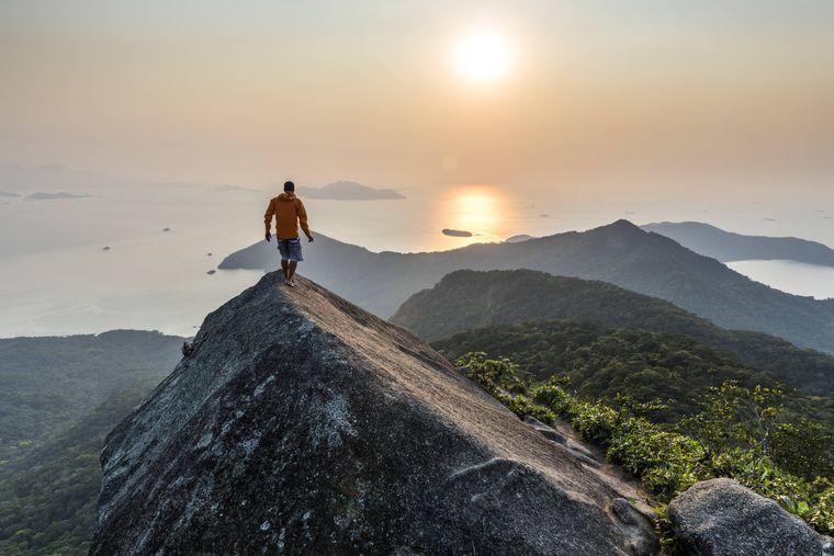 Ein Wanderer auf der Spitze der Ilha Grande.