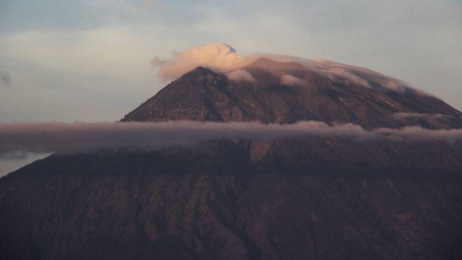 Der Vulkan Gunung Agung lässt Asche auf die beliebte Ferieninsel Bali regnen.