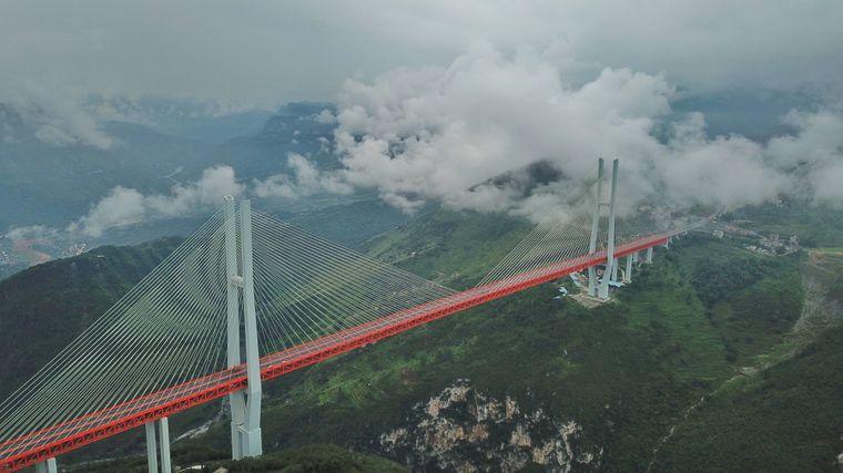 Die Beipanjiang-Brücke führt in China über ein Tal.