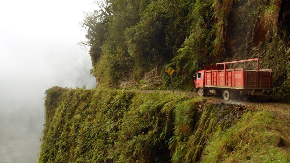 Lastwagen auf der Yungas-Straße, auch Todesstraße genannt, bei La Paz in Bolivien.
